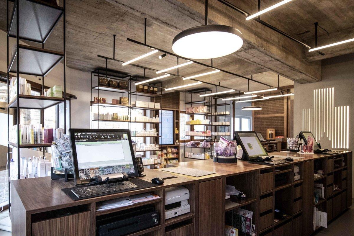 Voici la #pharmacie l'Ahrtor-Apotheke à Bad Neuenahr 🇩🇪. Ici le Vmax a été installé au sous-sol afin d'agrandir l'espace de vente. 4 écrans Vmotion en remplacement des étagères OTC complètent le concept de design élégant et moderne 😍   #10000rowas #bdrowa #innovationforpeople https://t.co/lBVBk8D4yD