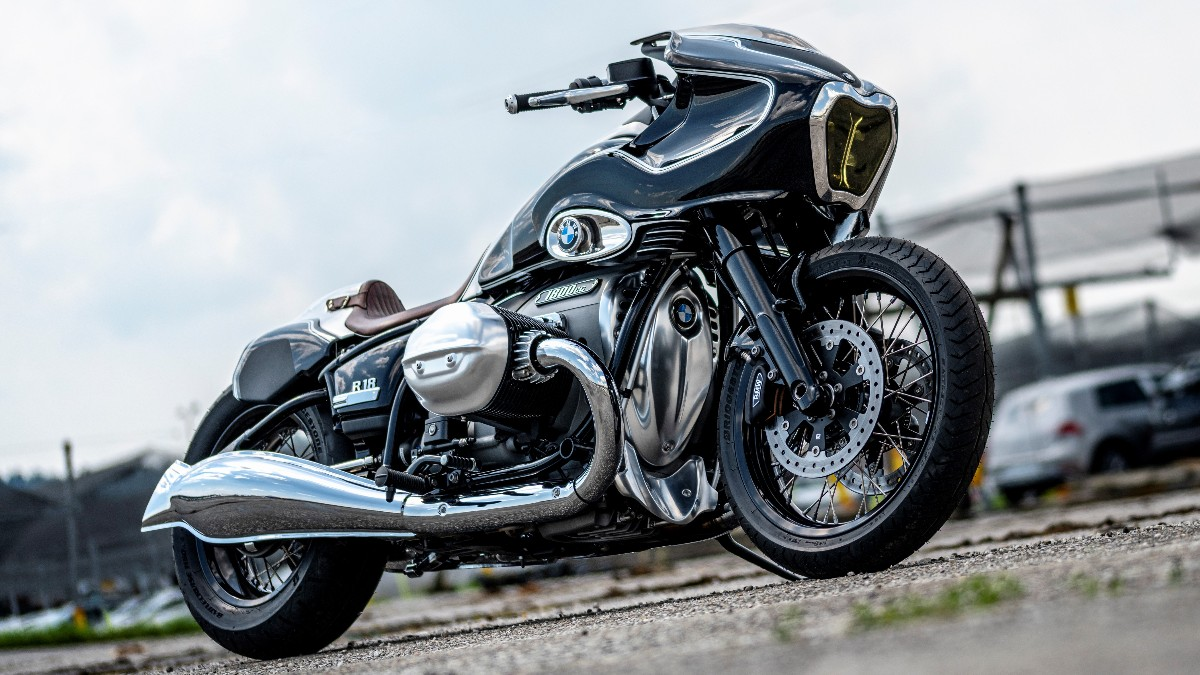 In total, the team around Blechmann worked 450 hours on his version of the #BMWR18. The result: an out of the ordinary design with epic proportions! Their hard work has most certainly paid off, hasn't it? 💯  #MakeLifeARide #SoulFuel #BMWMotorrad https://t.co/auES7ySPUl