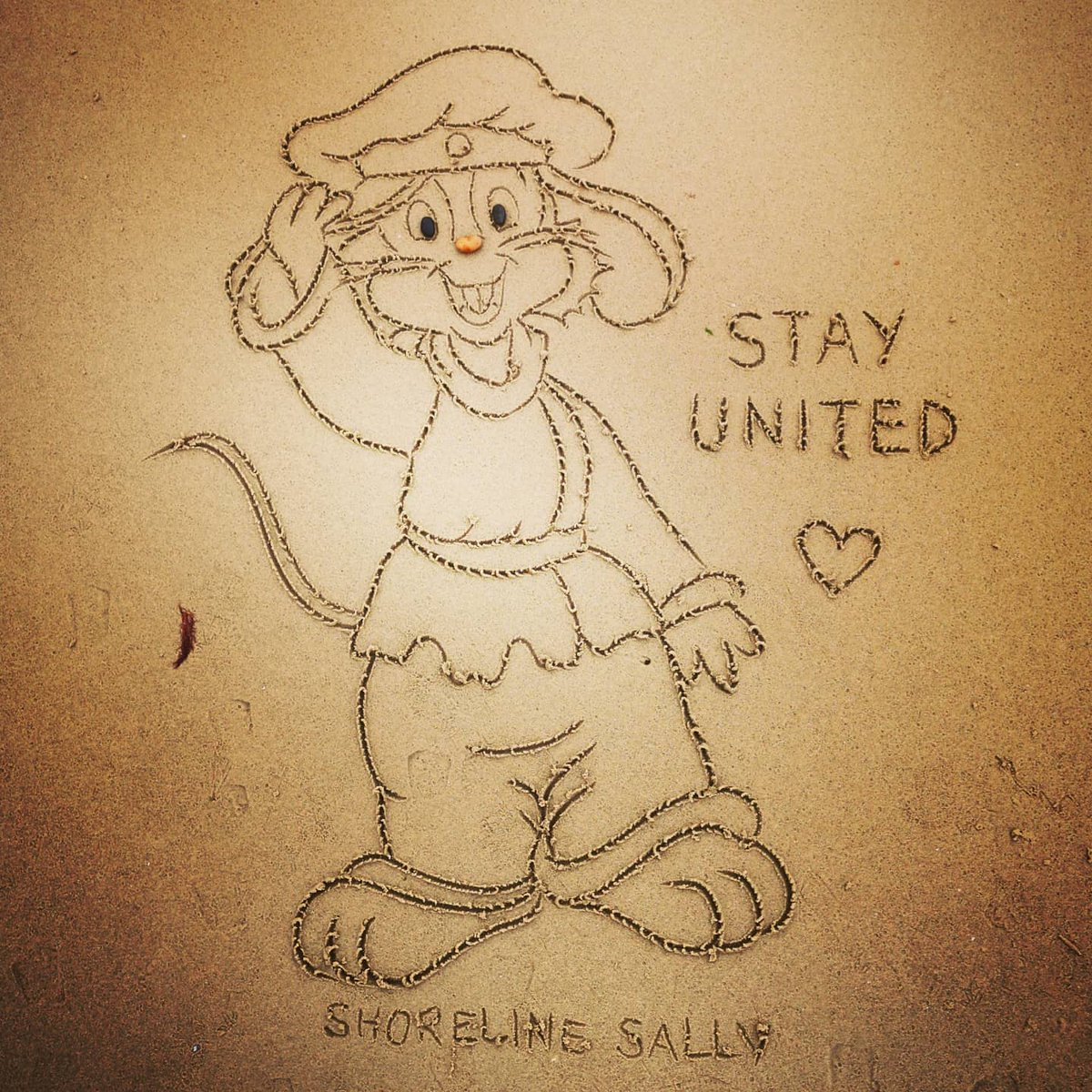 Stay United 🐭 #Fievel #FievelMousekewitz #AnAmericanTale #Reunited 💛 #StaySafe #sanddrawing #beachart 🌊🌊🌊 #Lockdown2020 #comics #cartoons ✍️ #SandBanksy #ShorelineSally https://t.co/m7qymv66ZD