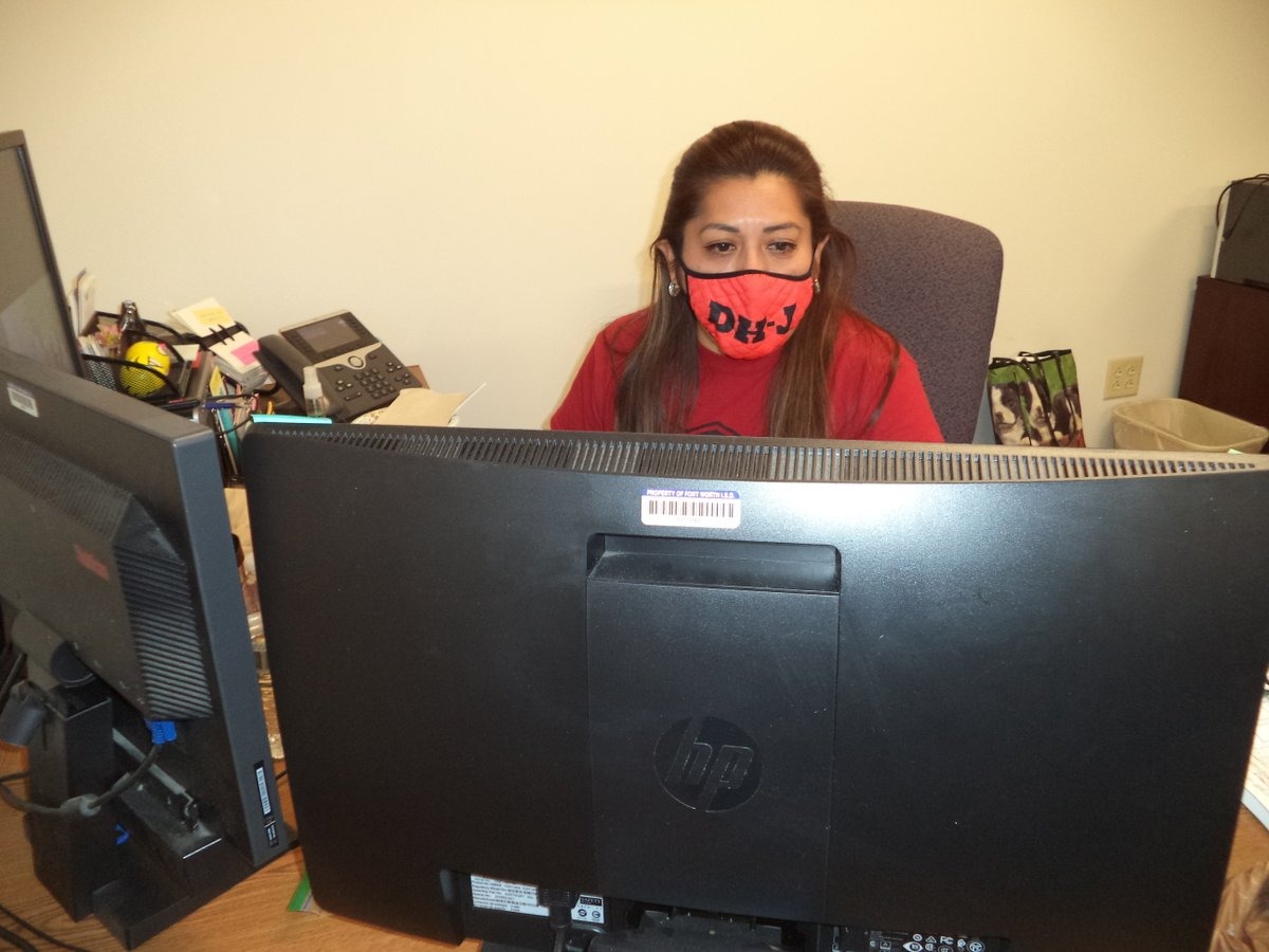 Ms. Diaz is showing off her Eagle pride in her awesome DHJ mask. #WeAreDiamondHill #FWISDForward @FWISDPLI