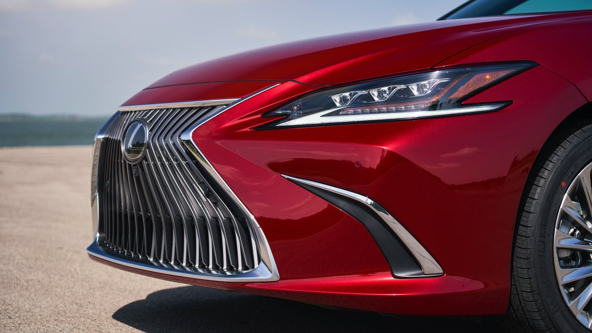 No matter the forecast, the new all-wheel drive #LexusES AWD is in fashion for every season. lexus.us/2G5sx64