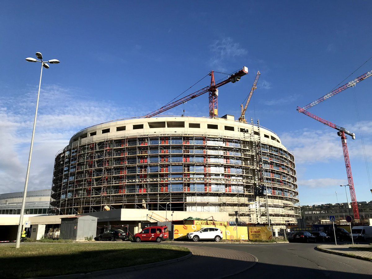 Náš nový #hotel vedle #o2arena roste každým dnem a jeho hrubá stavba je nyní dokončena.🏗👏  Moderní 4* hotel by měl být dokončen v roce 2021 a pro návštěvníky akcí v areně a Praze nabídne 300 pokojů, 7 konferenčních sálů i vlastní restauraci.🙂  #o2arena #prague #hotel #ppfgroup https://t.co/zRe4ZKhe3a