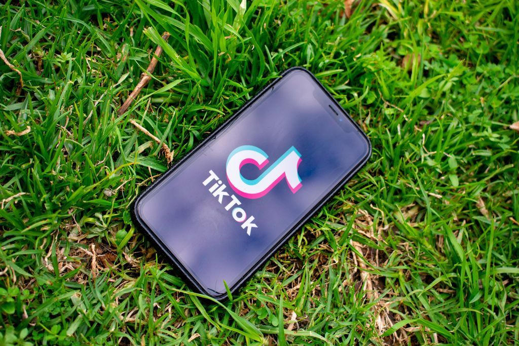 In the dark about @TikTok? Don't forget to download the @SWGfL_Official social media checklists to give you all the info about how to stay safe when using apps! They also include, @Twitter @Facebook @instagram @Roblox and @Snapchat  https://t.co/lW8bTMhLhI https://t.co/COeCwPf5Yp