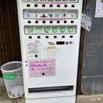 旅行者に大人気!?10円の風船金魚や30円の魚の折り紙が売られている自販機!
