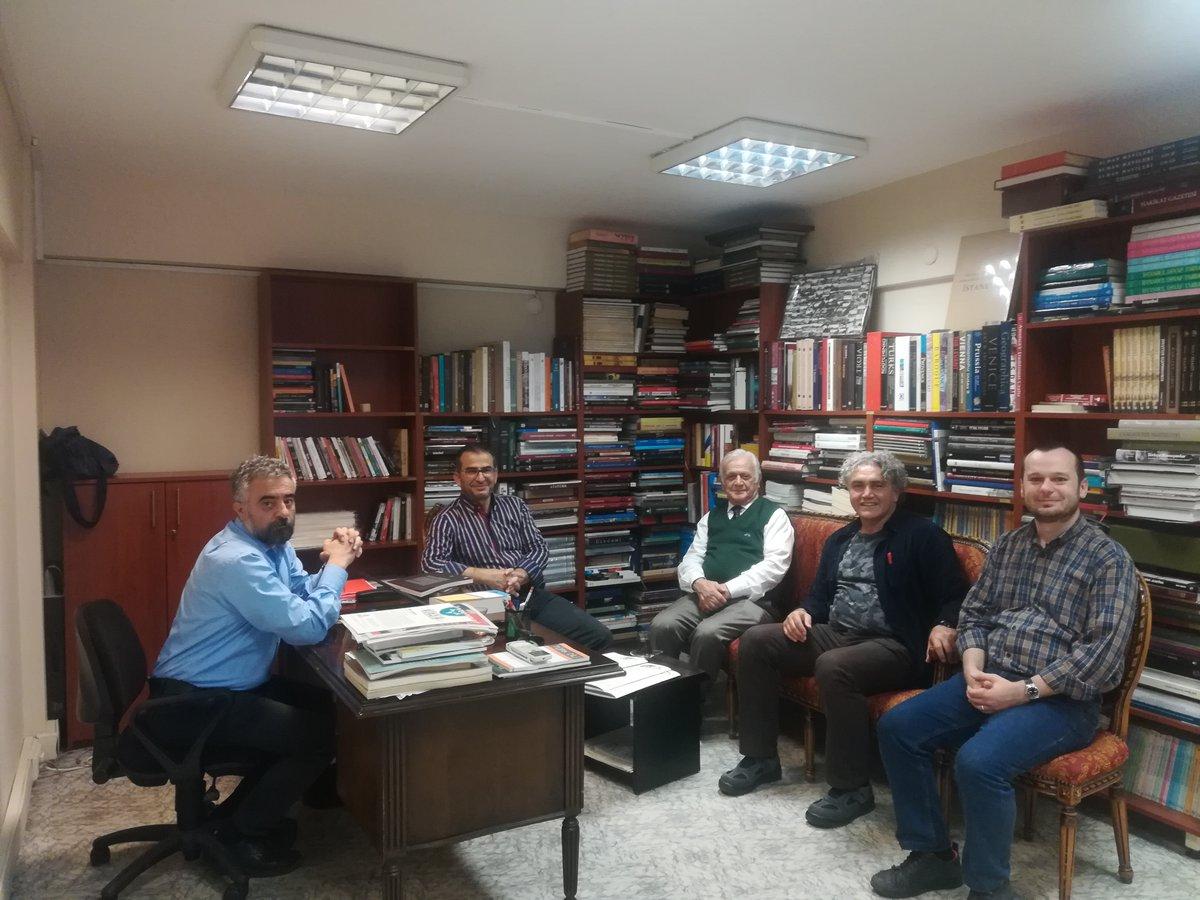 Dergâh'ın yazıhanesinde Mehmet Genç hocayı ağırlıyoruz. Ekim 2018.  (Fotoğraftakiler: İhsan Ayal, Faruk Aksoy, İhsan Kara) https://t.co/Xe9upJ3Ev4