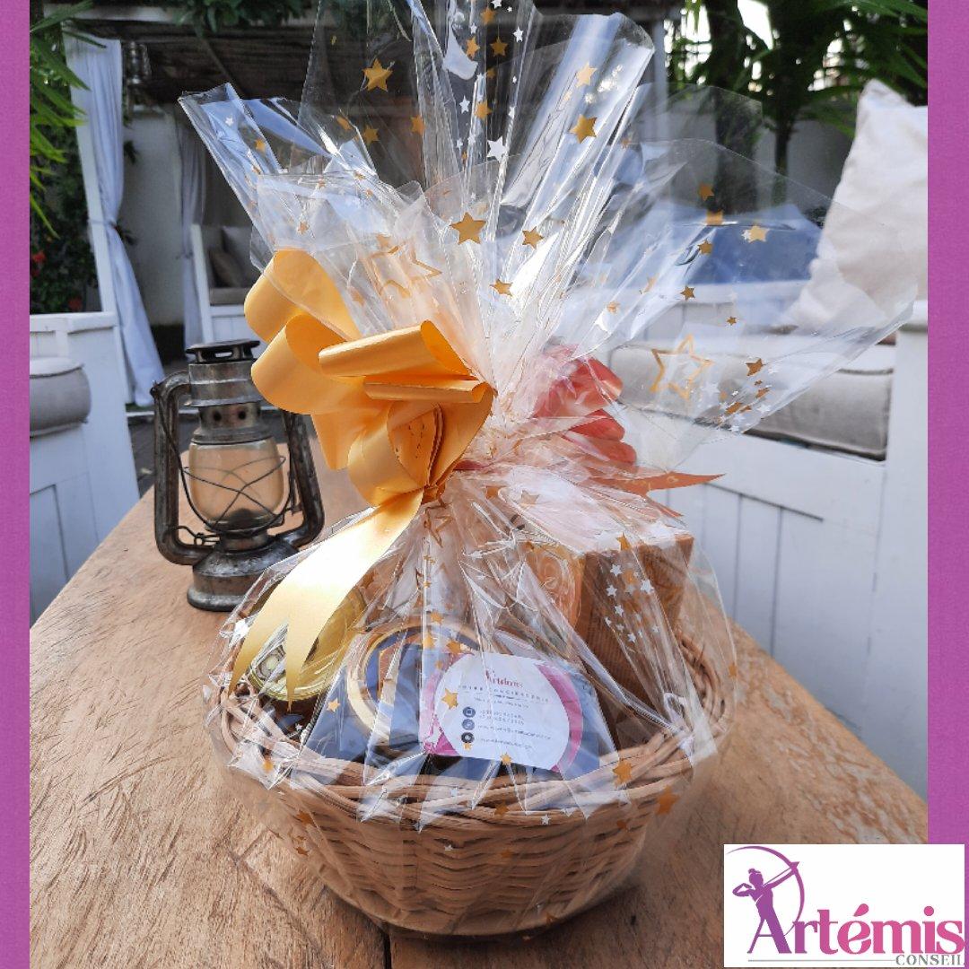 Découvrez notre panier Cadeau 🎁 personnalisé 🥰🥰🥰 Il est constitué de : une tasse personnalisée, une boîte de foie gras, du thé relaxant et un pot de Miel 🍯  #plaisirdoffrir  #fetedesmeres  #artemisconseil  #cameroun https://t.co/QOf5PcPWov