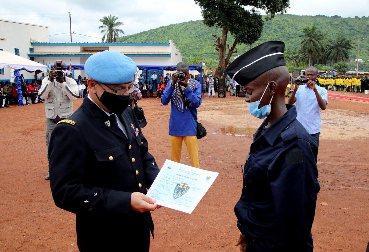 Ces 500 policiers apporteront du sang neuf à la Police de la #RCA 🇨🇫. Ils ont été recrutés et formés avec l'appui de la @UNPOL #MINUSCA sur les critères d'intégrité, de professionnalisme, de respect des Droits humains et de représentativité de la société centrafricaine. #CARpeace https://t.co/1vzGtogP8O https://t.co/xE2UNgCQp7