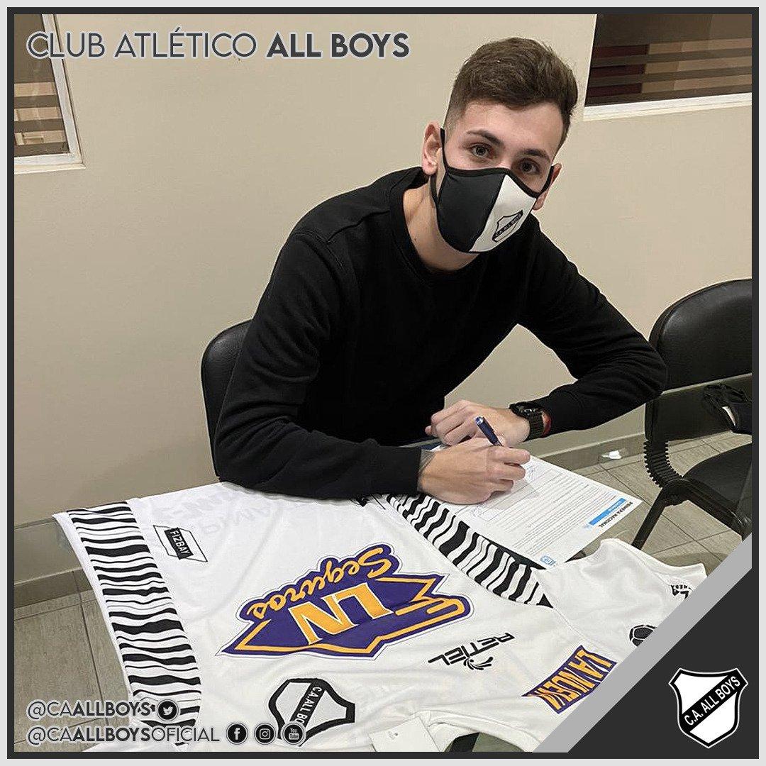 Facundo Ardiles firmando el contrato