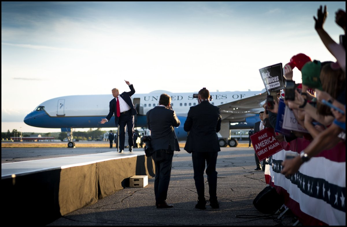 .@realDonaldTrump jokes like he's falling off the walkway as he arrives for a campaign rally in Londonderry, NH https://t.co/dXqGYHrM7N
