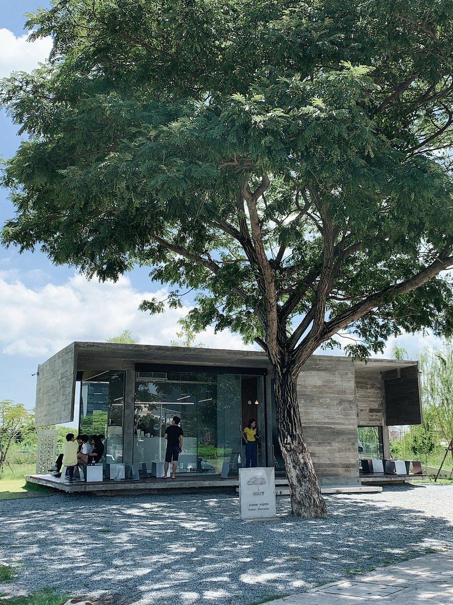 "Places two Go Twitterren: ""Under T คาเฟ่ใต้ต้นไม้ที่บางแสน  ตัวร้านเป็นปูนเปลือย มีทั้งเครื่องดื่มและขนม มานั่งตอนเย็นๆ น่าจะชิลเลย☕️🌳  ⏰: 9am-6pm (Closed on Wed) 📍: https://t.co/R5wx4Os8CN @aroii #รีวิวบางแสน  #PlacestwoGo… https://t.co/AT6qae3gVI"""