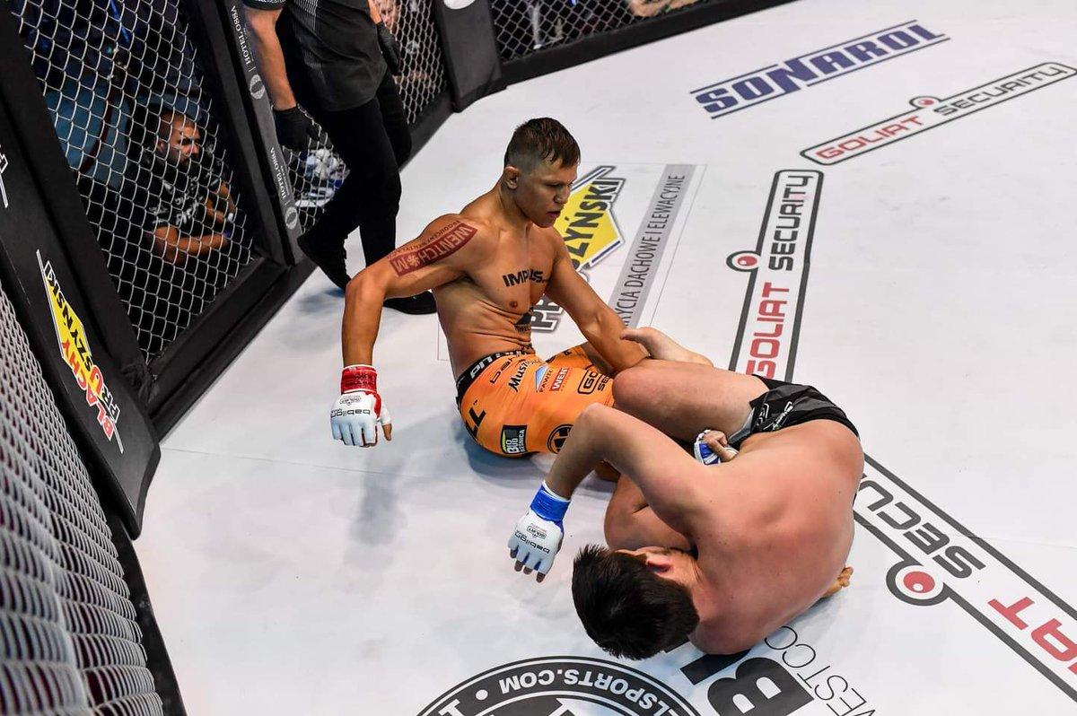 """Gratulacje @SkibaMMA za wygraną i wsystkiego najlepszego, dużo zdrowia z """"3"""" z przodu 🎂 🎇 💯  PS to zdjęcie od Babilon MMA wygląda jak screen z gry. Skiba w UFC 4? Wygląda dobrze 🤞  Oczywiście gratki także dla pozostałych wygranych! 👊 https://t.co/SzalBBWTq4"""