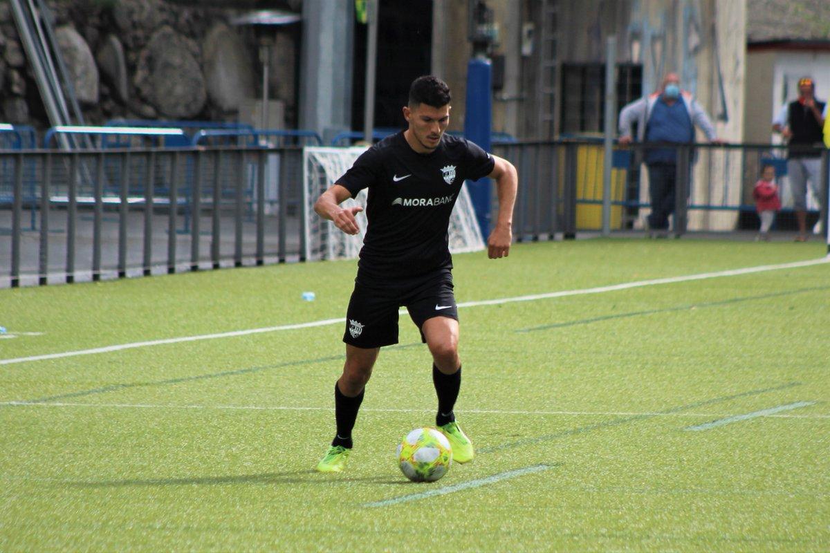 Segona victòria de la pretemporada! 💪  En el primer partit a Prada de Moles, els de Nacho Castro s'han imposat per 2-1 al @cfmartorell, amb gols de @DavidBallarin7 i @CarlosMR_7! ⚽️🔝  #SomTricolors🔵🟡🔴 #MésViusQueMai #MoraBanc