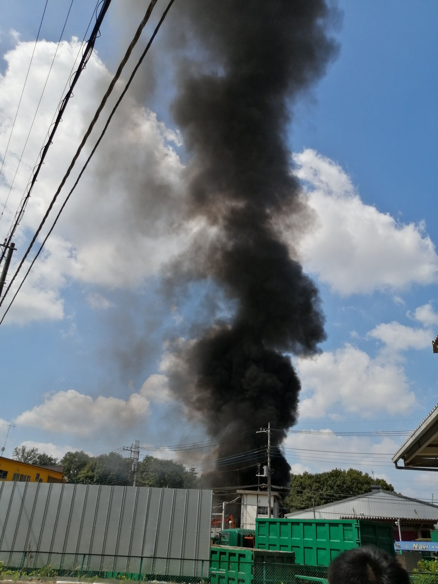 所沢市新郷の産業廃棄物処理場の火災の画像