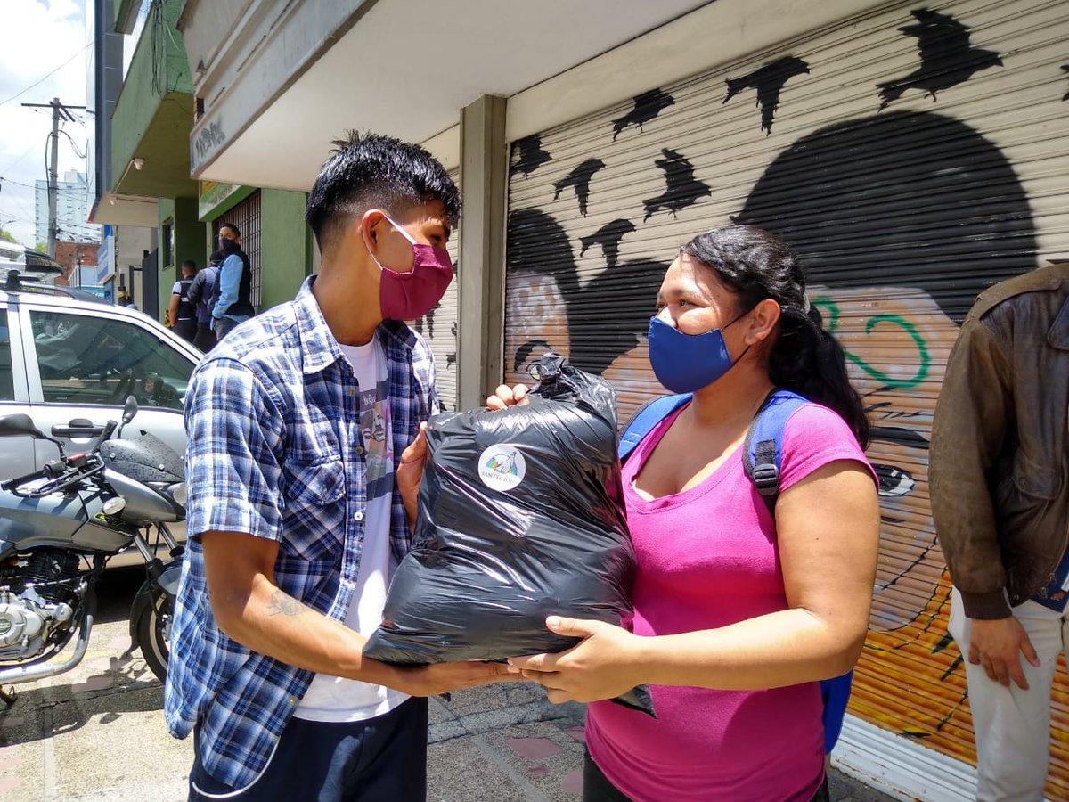 Continuamos saciando el hambre física y espiritual en la ciudad con la entrega de paquetes de alimentos a familias #migrantes.  #jovenesporlapaz #pandemiasolidaria #lapazesposible @immaginise https://t.co/wnimQMqkRy