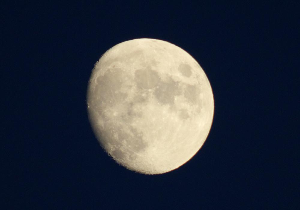 今宵の月。 満ちれば満ちる程、明るくなって、シャッター速度を早くしないとクレーターが映らなくなるんだな~。 #PENTAX #PENTAX_K_70 https://t.co/0Yc7HKTWSD