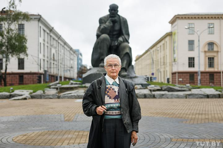 """Maria Antonova's tweet - """"Stylish lady - 73-year-old Nina Baginskaya has become a celebrity after photos of her fighting Belarus' riot police went viral. She has been slapped with so many fines"""