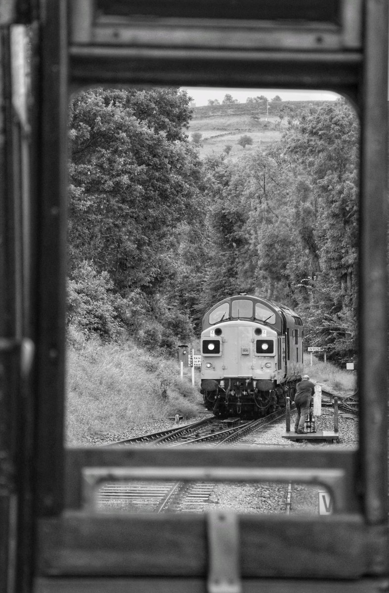 Top night spent at the Worth Valley last night with 37 075 🚜 @WorthValley #keighleyandworthvalley #class37 #tractor #diesellocomotive https://t.co/OZG1asH0Bc