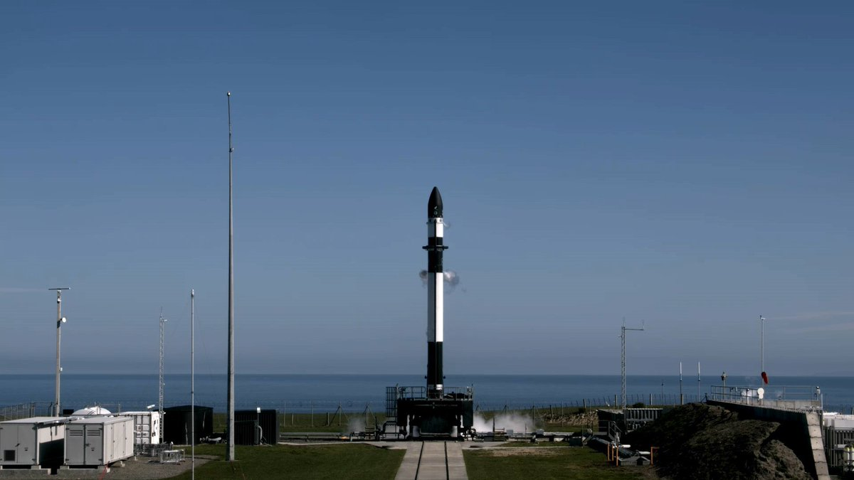 """En unos minutos (03:05 UTC), está previsto el lanzamiento de un cohete Electron de @RocketLab en la misión """"No puedo creer que no sea óptico"""" con Sequoia, el primer satélite operativo de observación de la Tierra de @capellaspace, desde Nueva Zelanda. https://t.co/fbuxMCsPlJ https://t.co/ogbgnSgMVL"""