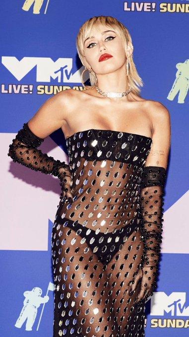"""Miley Cyrus >> álbum """"She is Miley Cyrus"""" - Página 3 EgtMa3IXkAEQkTZ?format=jpg&name=small"""