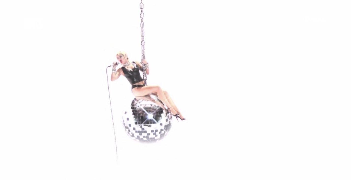 "Miley Cyrus >> álbum ""She is Miley Cyrus"" - Página 3 EgtW6GtXkAMJ_P4?format=jpg&name=large"