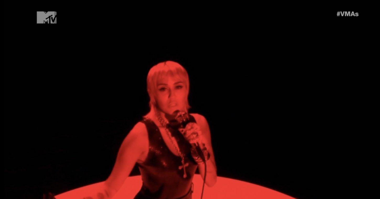 "Miley Cyrus >> álbum ""She is Miley Cyrus"" - Página 3 EgtWMMpWAAokMmW?format=jpg&name=large"