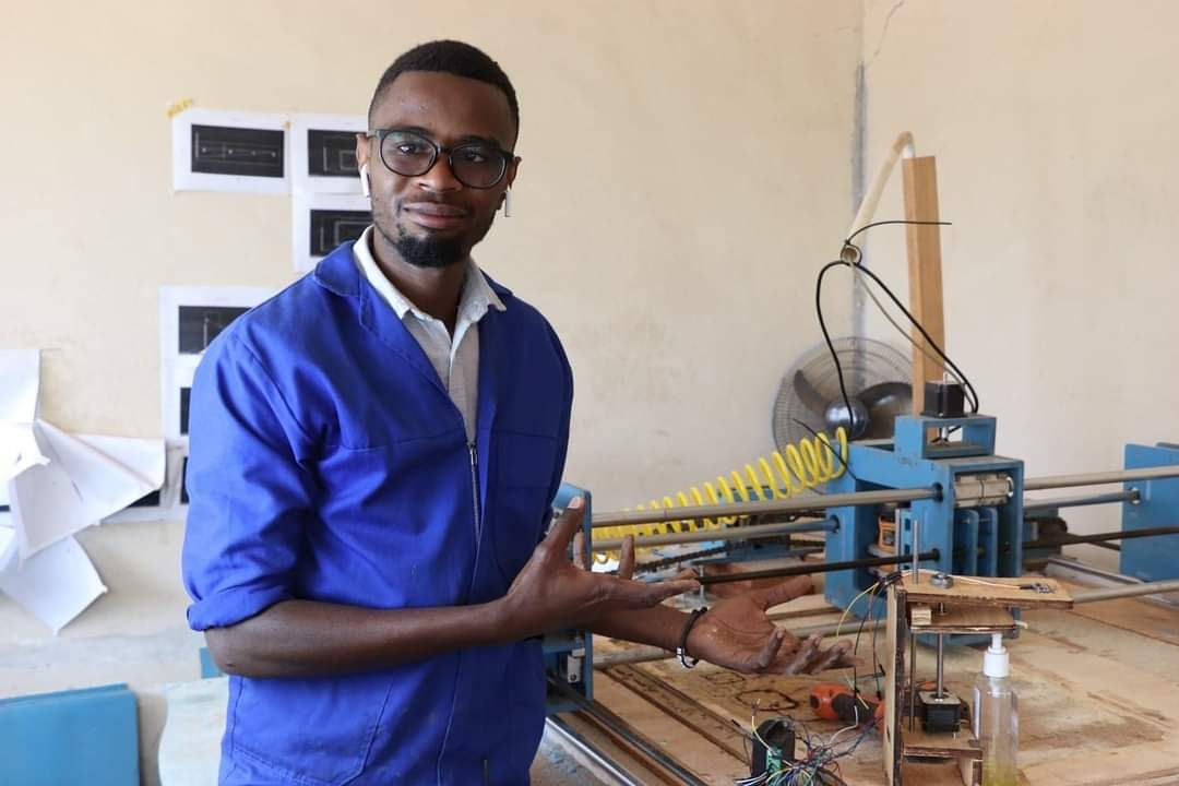 Meet the @MalawiUNICEF COVID19 Youth Challenge Top 10  Mtheto Sinjani: Automatic Sanitizer Dispenser  Mtheto noticed that most public places such as supermarkets use the regular bottled sanitizers. Read about his innovation here:  https://t.co/l3UMfr32At  #PoweredBySFF https://t.co/QoiYMXUaWF
