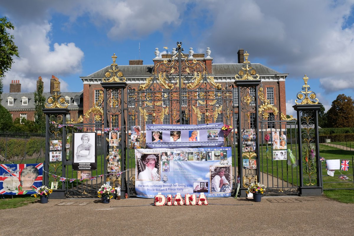 rookie on twitter gates of kensington palace adorned with pictures of princess diana on the 23rd anniversary of her death princessdiana princessofwales royalty kensingtonpalace royals diana23 https t co a8z3gr8kkq rookie on twitter gates of kensington