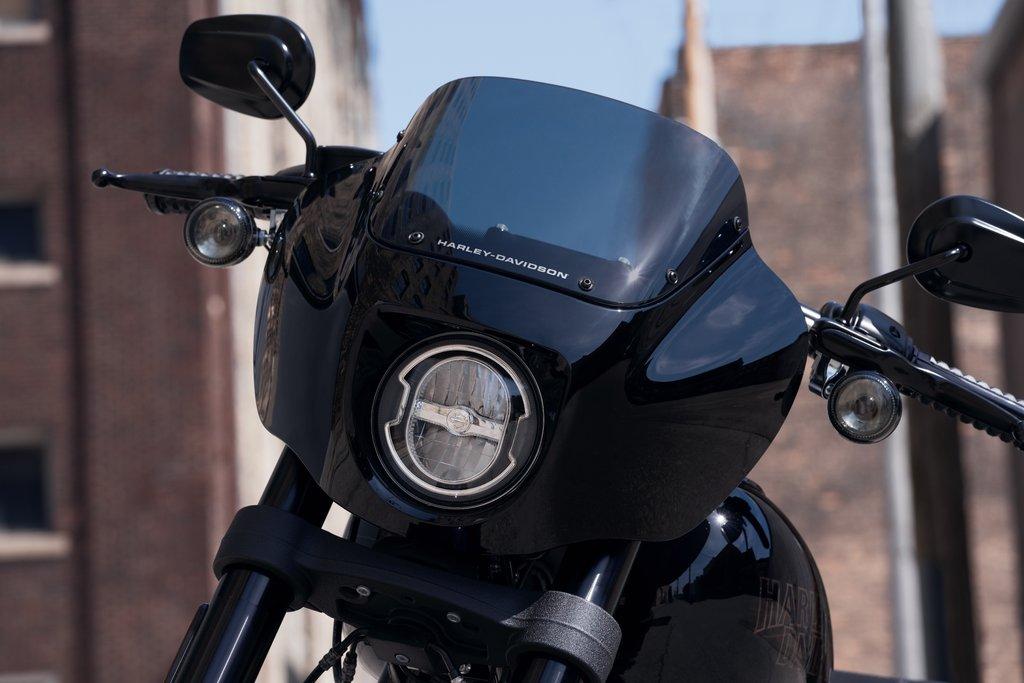 Esta Low Rider® S es la estrella de los modelos reducidos a lo esencial con sus piezas & accesorios totalmente negros, desde el carenado del motor hasta el tapón de gasolina. La Costa Oeste nunca ha sido tan bonita. 😍  #FreedomMachine #HarleyDavidson https://t.co/UzQYzHHTyz
