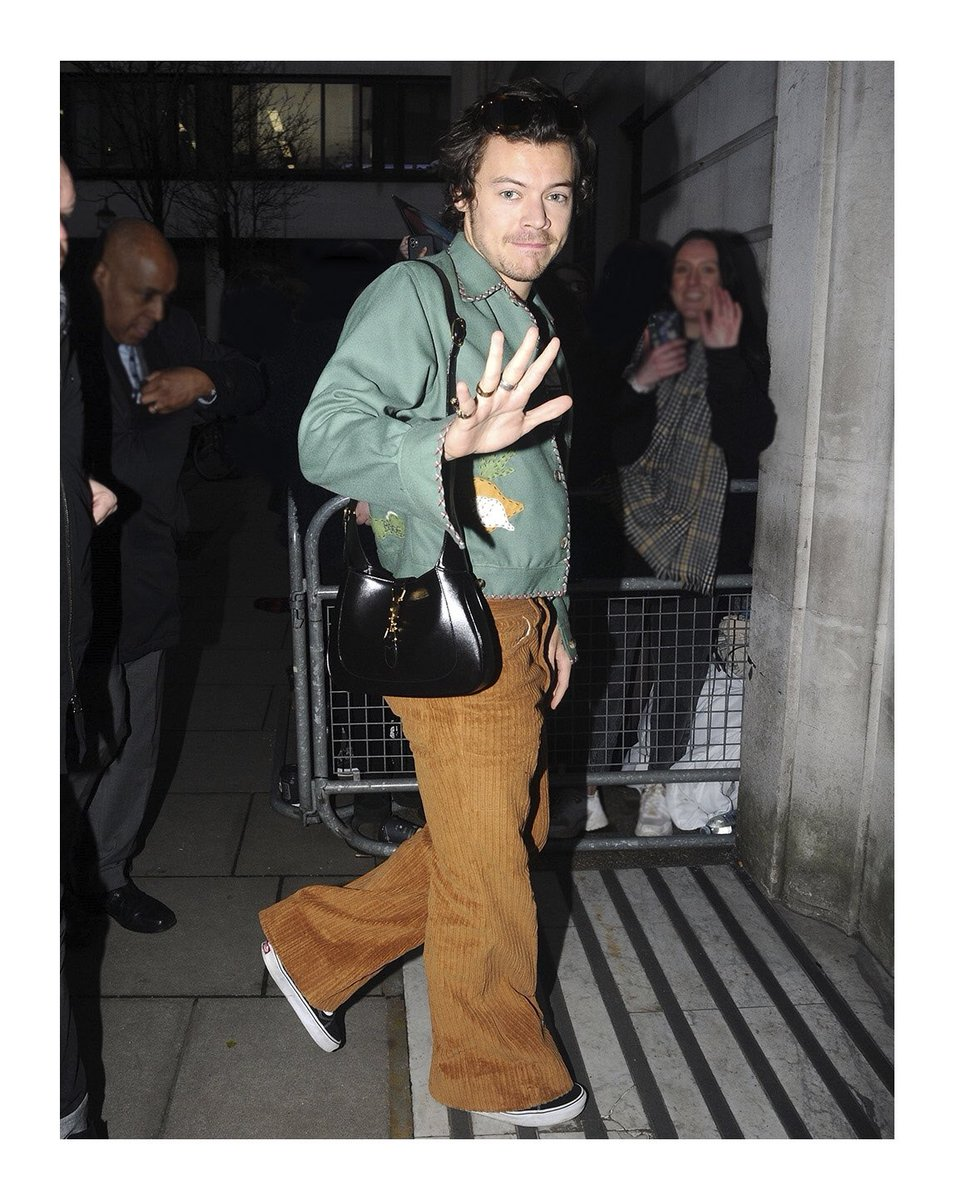 Designed by #AlessandroMichele to be worn by men and women, @Harry_Styles styles carried a leather #GucciJackie1961 and wore a pair of cotton velvet corduroy pants from #GucciPreFall20 while  leaving the #BBCRadioStudios in London. #HarryStyles https://t.co/im5ZQGb4PM