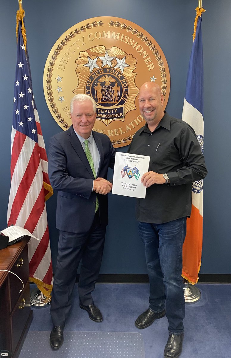 Congratulations to Detective Rick McCarty from the @NYPD103Pct PDU on your retirement.   Rick is a peer support officer whose dedication to the safety of all New Yorkers and his fellow cops is second to none. Enjoy a long and healthy retirement.  #masksoffforphotos https://t.co/CR25bQwFY6