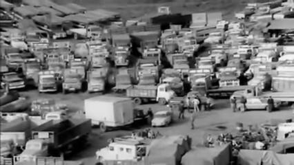 Caminhoneiros entraram em greve, paralisando fábricas e lojas. Houve uma tentativa fracassada de golpe em 29 de junho de 1973 e, em 11 de setembro, com o general Pinochet liderando o exército, começou o ataque ao palácio presidencial. https://t.co/GGHJspvhhy