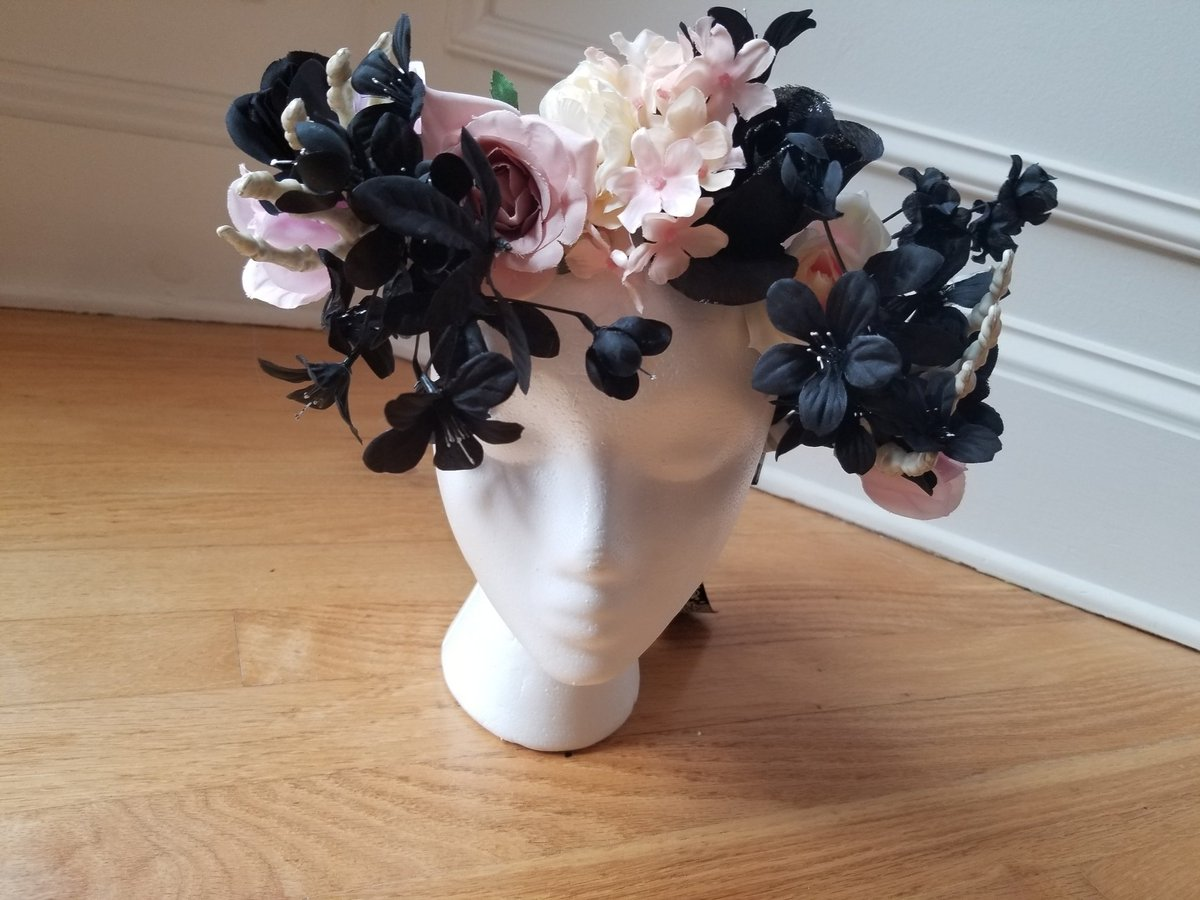 First of a couple spooky crowns! DM me if interested! #flowercrown #cosplay #crafting #art https://t.co/unafs4cvEl