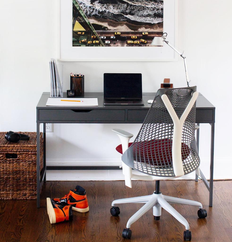 Tired of those midday Zoom calls? With its breathable, ventilated back that flexes with your body and allows for air circulation, the Sayl Chair boosts comfort and productivity—helping you feel less fatigued. https://t.co/aF9QgVeIE5 #hmathome 📸: sunderwooddesign https://t.co/lSenRVP65D