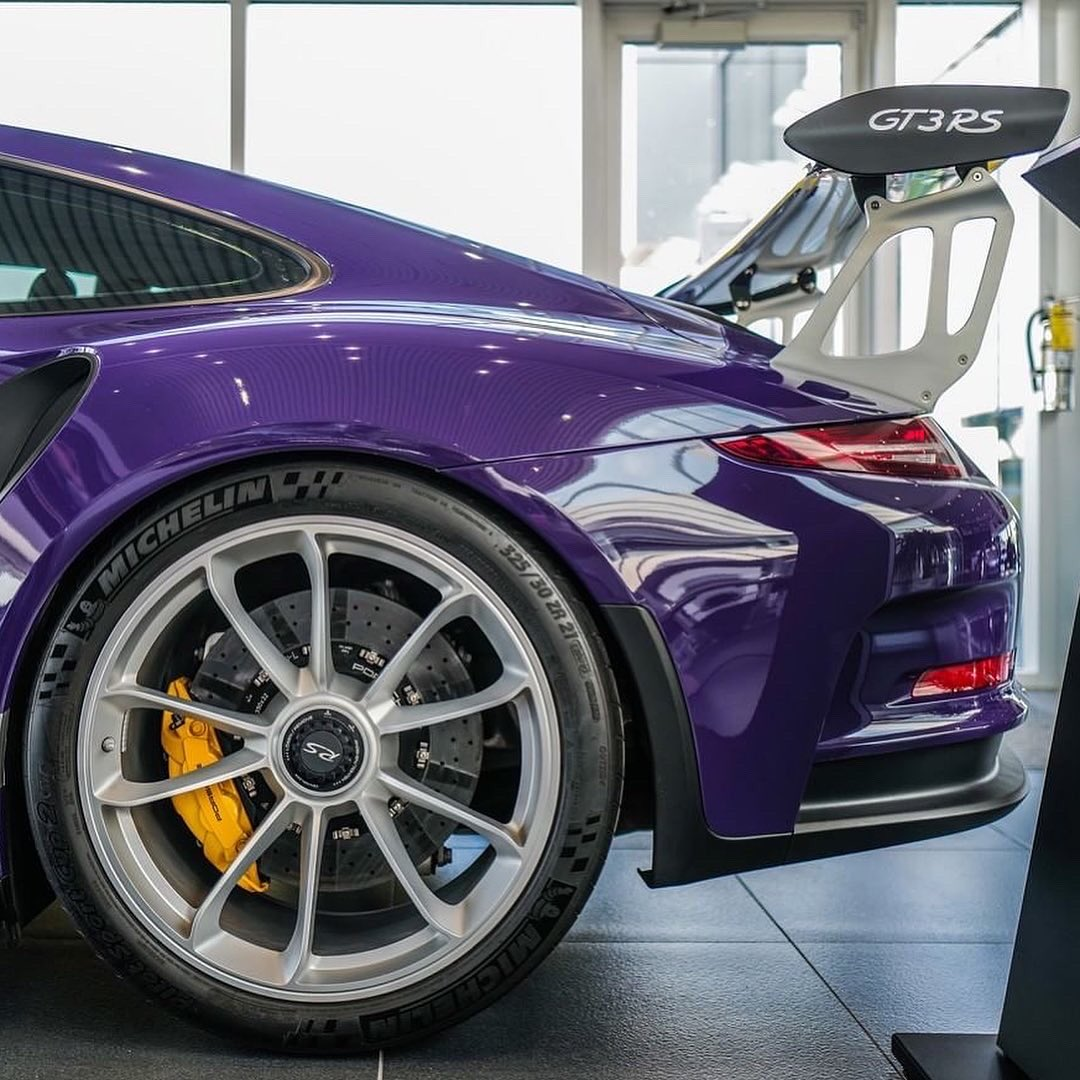 🚗 #991GT3RS 5years ago the #PorscheUltraViolet #911RS was launched, packing a 500hp 4.0 litre engine.   This all new #911GT3RS moved the #GTRS game on with race car performance figures 🏁 📷  @pfaff_porsche https://t.co/HqTmiD1xMl