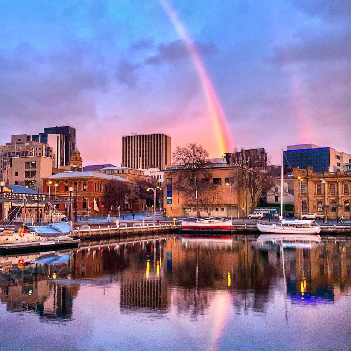 Follow the rainbow to @HobartandBeyond🌈   IG/katypotaty77 snapped this spectacular shot of @tasmania's capital city which is famous for its picturesque waterfront that comes alive at night.   #seeaustralia #discovertasmania #TassieStyle #hobartandbeyond https://t.co/idFA0rETif