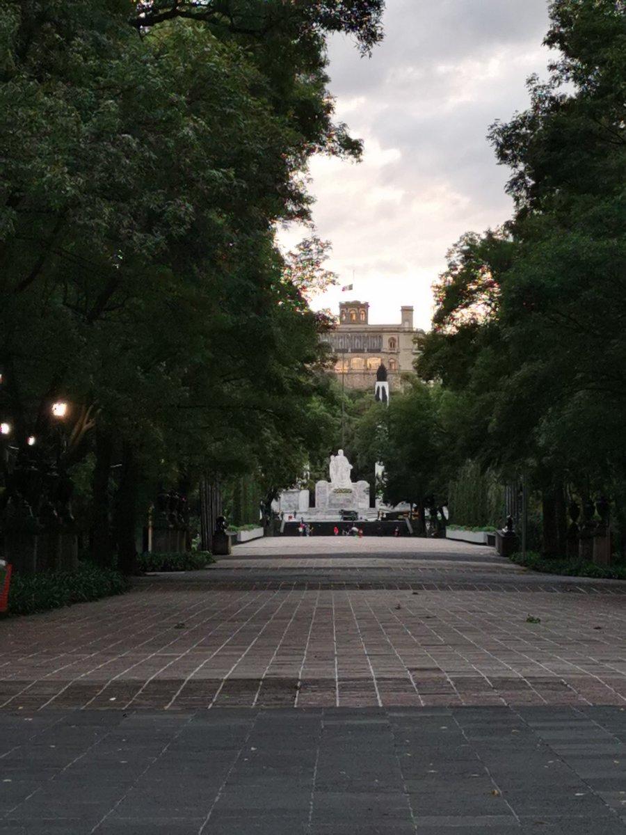 A esta hora, 147 años atrás,  todo se había consumado. La bandera americana ondea en #Chapultepec. El honor de #México queda a salvo en el sacrifico de los #NiñosHéroes. Resta la toma de la #CDMX, que será defendida por el pueblo. El invasor se ensaña con la población. https://t.co/gXrp4Gduiw