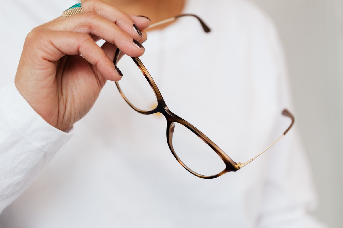Pentru cei care lucrează 8 ore sau chiar mai mult cu masca pe față, acest aspect este total inconfortabil.  Dacă și lentilele ochelarilor se aburesc în acest timp, situația devine critică.  În centrele Optica Eugen găsiți soluție de curățare pentru lentile cu afect anti-aburire. https://t.co/AqtvwYHkzh