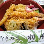 Image for the Tweet beginning: きのう(記憶にある限り)初めて初音さんの天ぷらを食べたのだけど、天丼めちゃくちゃ美味!! ついつい一気に食べきってしまって勿体なかった〜😂 近所なのに?近所だから?なかなか食べる機会なかったけど、お値段も良心的だし、ぜひまた食べたい! #本町商店街 #上越妙高エール飯 #テイクアウト