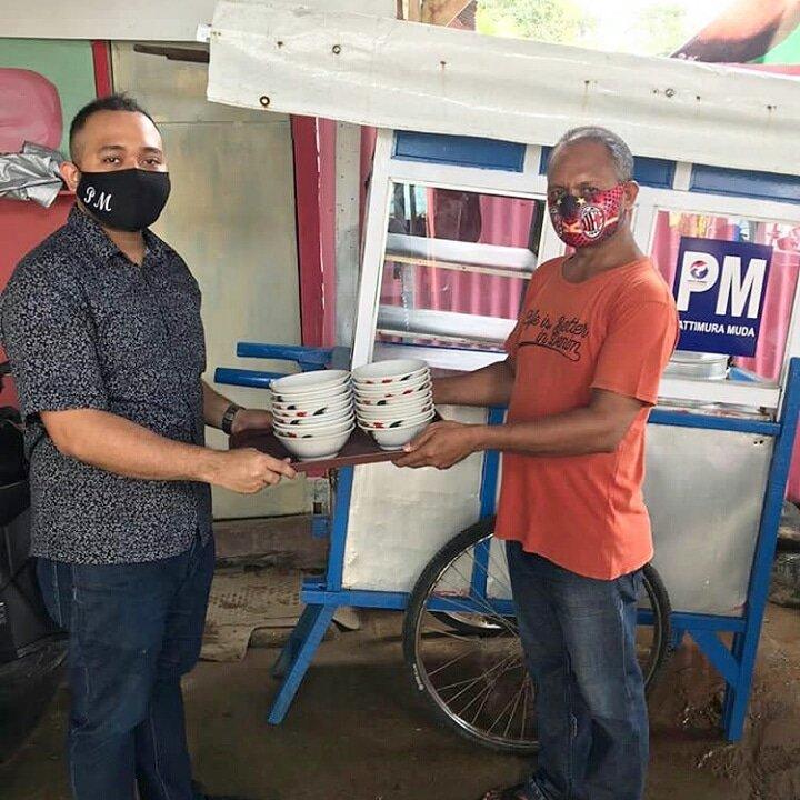 Anggota DPRD Kota Ambon dari Partai Perindo Patrick Moenandar terus melakukan #AksiNyataPerindo di tengah masyarakat  Untuk meningkatkan kesejahteraan masyarakat kecil, politisi muda ini memberi bantuan gerobak bakso & perlengkapannya  #PerindoUpdate #UntukIndonesiaSejahtera https://t.co/ysvxvQI76x