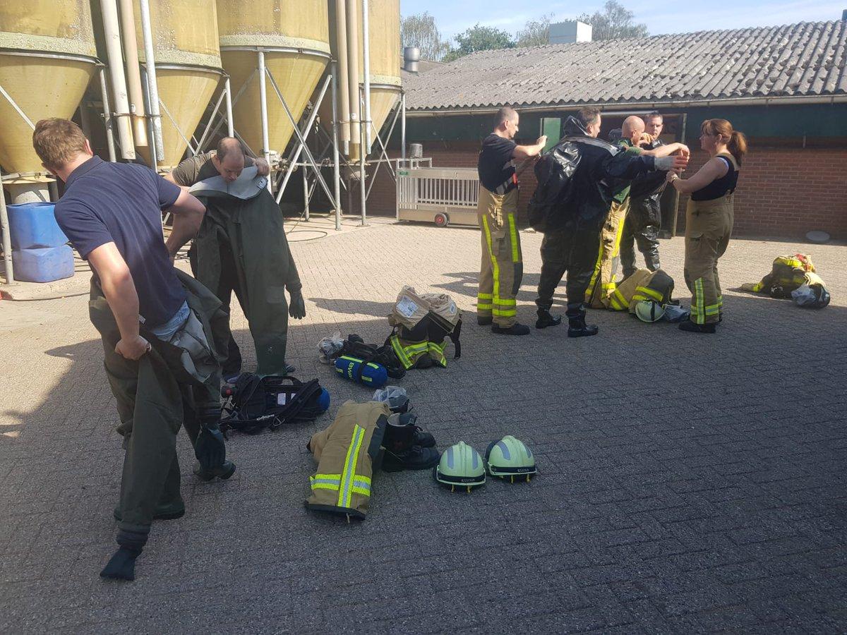 Zeug valt in gierkelder bij boerenbedrijf in Aalten en wordt bevrijd door de brandweer...