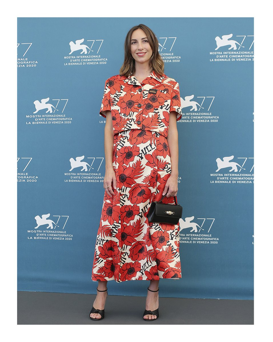 #GiaCoppola wore a #GucciPreFall20 printed jacket and a boat neck midi dress, high heel sandals and a leather clutch to the photocall of the movie 'Mainstream' at the 77th Venice Film Festival. #VeniceFilmFestival @la_Biennale #BiennaleCinema2020 #Venezia77 https://t.co/nfQ5X2O7iW