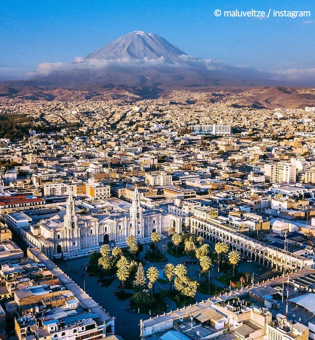 「#白い街 」#アレキパ。 街の建物がシラーと呼ばれる白い火山岩で作られているので街全体が白に統一されています。また、アレキパは「#美食の街 」としても有名ですよ。  #Peru #ペルー #意外性大国ペルー #建築  #旅 #おうち旅行 #エア旅行 #バケットリスト https://t.co/iqnjdJjmnE
