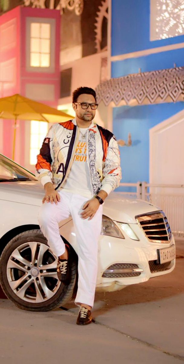 Who's the King, who's the Boss 😍 👑.. @wadaliofficial #Gulabi #LakhwinderWadali https://t.co/eOhyVs7Y62