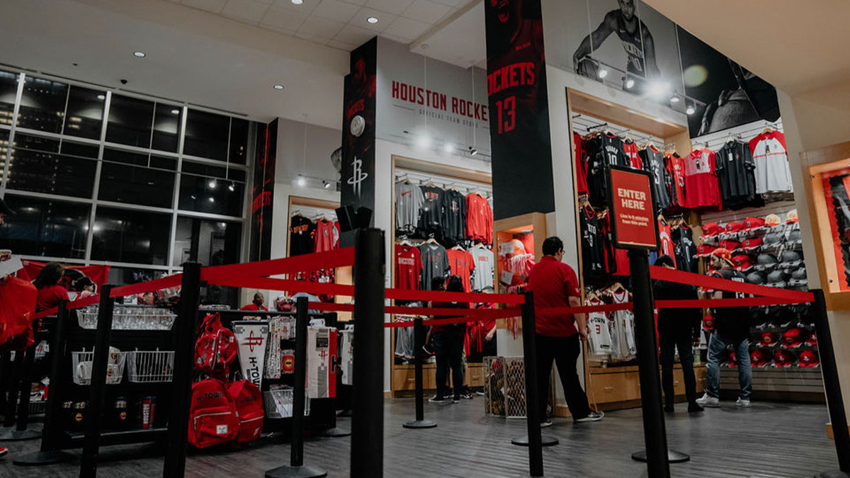 The Rockets Team Shop at Toyota Center is open tomorrow from Noon-5pm!  The first 10 customers to spend $100 or more will receive a player autographed photo! https://t.co/NqkhTRnol1
