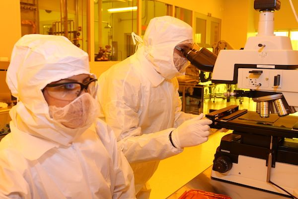 #COVID19 doesn't stand a chance in UML's Nanofabrication Lab clean room! The lab is part of UML's Core Research Facilities that provide state-of-the-art equipment for researchers. It was critical for this space to be one of the first to reopen on campus: https://t.co/h6rz0XoFN4 https://t.co/jEGlpFxVq1