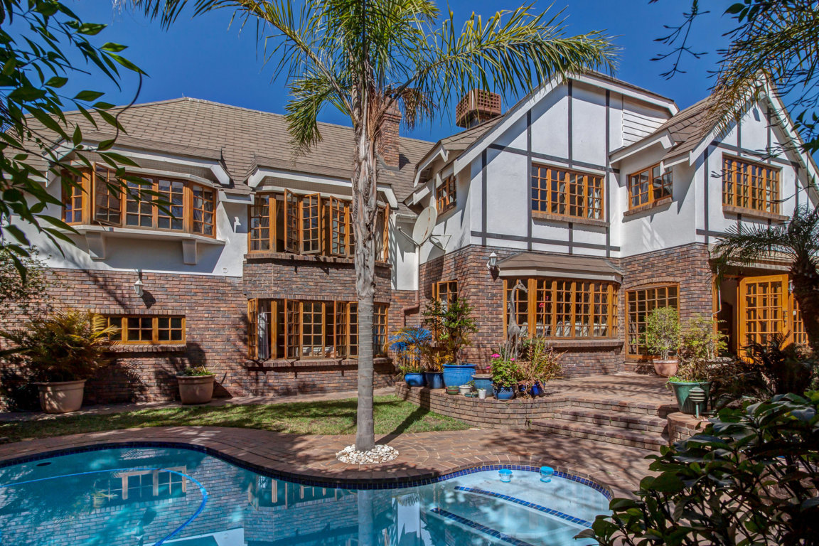 #HomeForSale - 4 Bedroom Home For Sale in Lonehill Asking Price: R 3 950 000 Beautiful Tudor Style Home in small complex of 10 houses.  Listing Link:  https://t.co/kBqQfcxK20  #TalkToAndris to arrange yoru private viewing. #remax #lonehill #homesforsale #spacious #home #luxury https://t.co/tisLUJSvcf