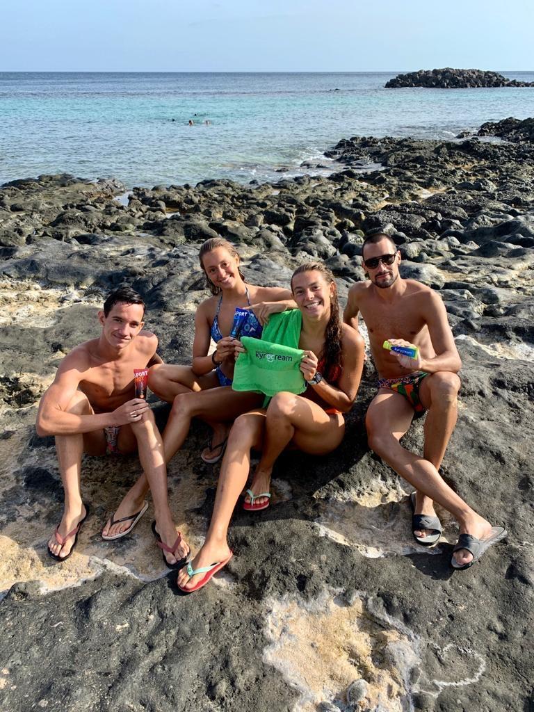 Kyrocream con el equipo español de natación artística concentrado en Lanzarote. ¡Nos encanta acompañaros en cada entrenamiento! #MolestiaAparte #Kyrocream  @RFEN_directo   https://t.co/KKw6ehVjk4 https://t.co/mjSuUtRG8P