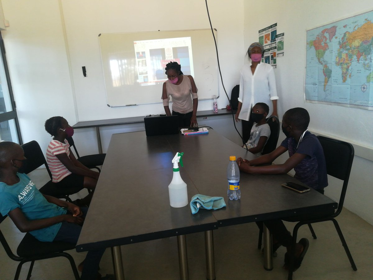 #AfternoonProgramme @HuntDLC1 doing Coding introduction with the grade 4's from Hundzukani Primary School @GwfOnline @Mokoena_online https://t.co/2l0Vt10D8O