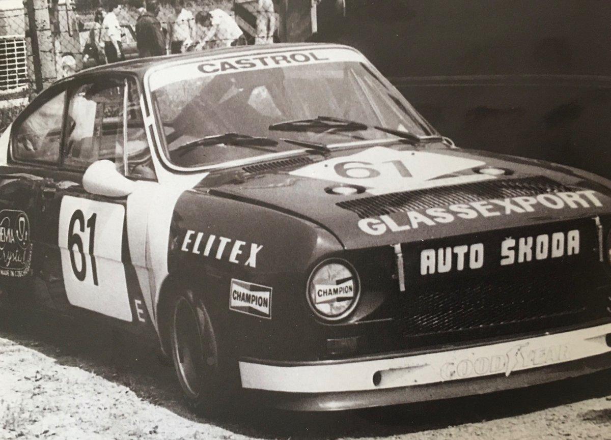 V roce 1981 s touhle Škodou 130 RS vyhrál ME cestovních automobilů, o pět let později z něj BMW udělalo svého továrního jezdce. I to byl Břetislav Enge (1950 az 2020). RIP (Foto z knihy Legendy naší silnice) https://t.co/LBf1IAZFix