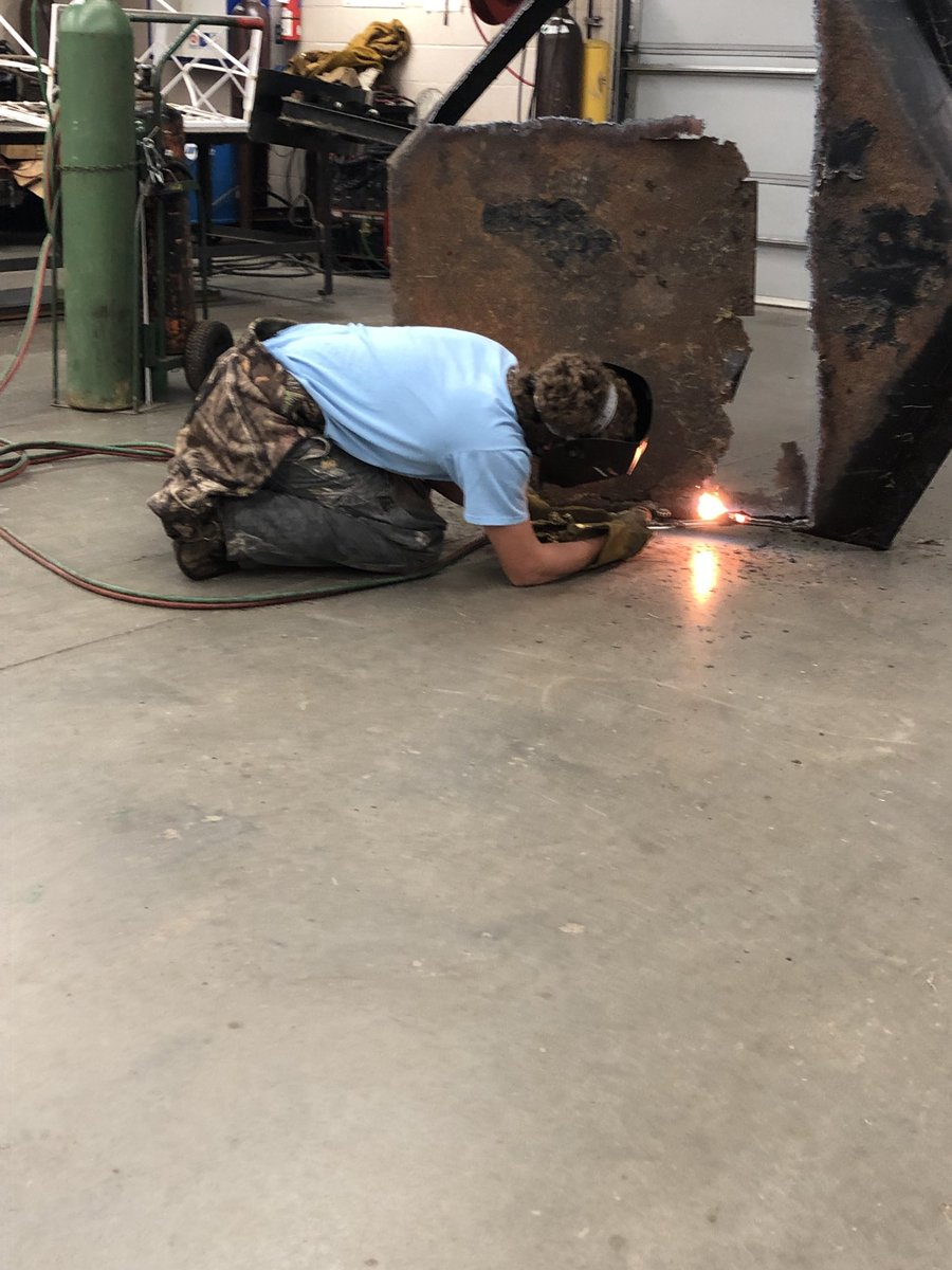 Mr. Dunaway's Manufacturing Technology class in the shop learning how to use the oxyacetylene torch. Real world work skills. #herrinhighschool#manufacturingtech#tigerpride#greatstudents https://t.co/AZ3oQaL6cK